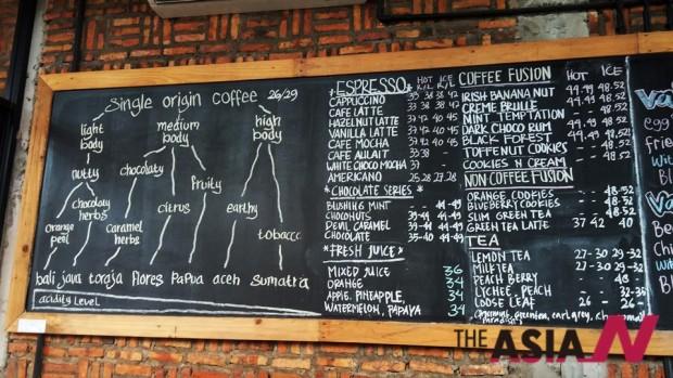 인도네시아 수마트라 섬 아체(Aceh)주의 커피명산지 '가요 마운틴(Gayo Mountain)'에 있는 한 커피전문점. 향미와 산지에 따라 인도네시아 커피를 구분한 문구가 있어 눈길을 끈다.