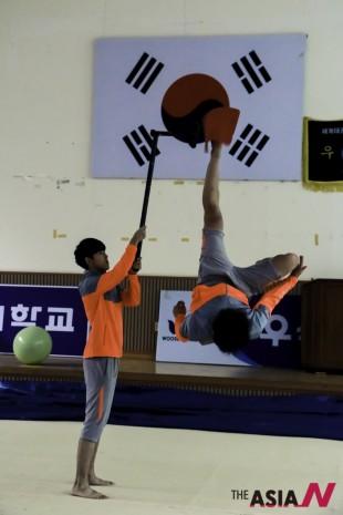 연습 도중 단원들이 멋진 태권도 시범을 선보이고 있다.
