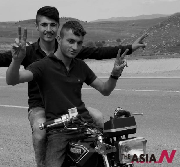 지즈레의 쿠르드 젊은이들. 필자는 생전에 저렇게 거칠게 목숨을 내어놓고 바이크를 타는 청춘을 본 적이 없다.