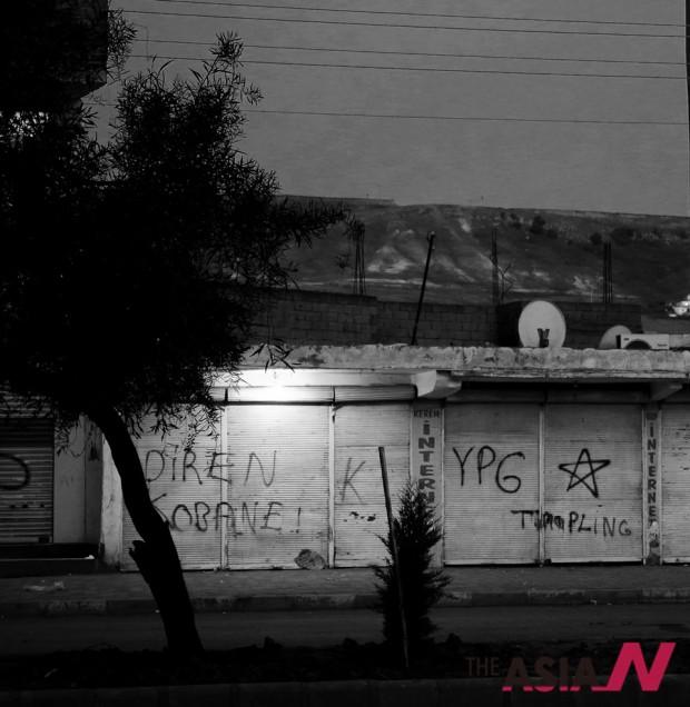 지즈레에 도착해서 처음 마주한 벽 낙서들. 코바니에서 쿠르드민병대가 IS에 승리하기를 기원하는 낙서들.
