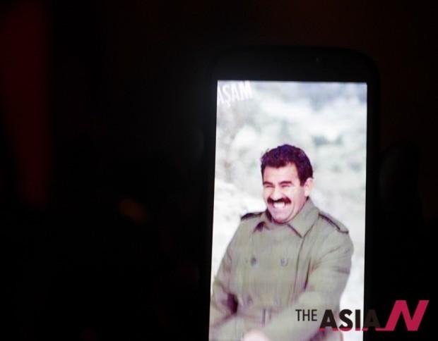지즈레로 가는 야간버스 안에서 중년의 쿠르드인이 자신의 폰에 담긴 압둘라 오잘란의 사진을 보여준다.