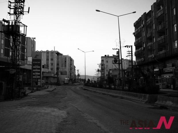 새벽녁 지즈레 시내. 해가 지고 어둠이 드리우면 지즈레는 칠흑의 도시로 변모한다.