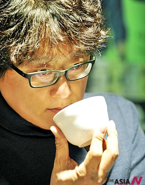 향기로 커피의 품질을 평가하고 있는 국내 1호 커피테이스터 박영순 경민대학교 호텔외식과 겸임교수