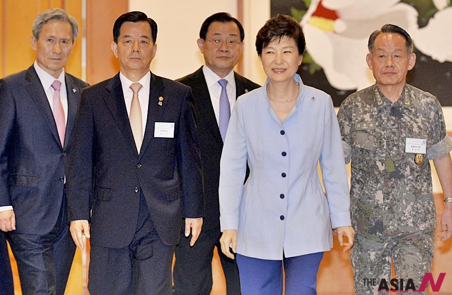 박근혜 대통령이 30일 오후 청와대에서 열린 전군 주요지휘관 오찬에 한민구 장관과 함께 입장하고 있다. 왼쪽부터 박흥렬 경호실장, 김관진 국가안보실장, 한민구 국방장관, 이병기 비서실장, 박 대통령, 최윤희 합참의장.