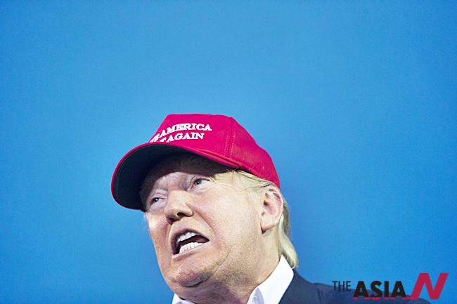공화당 유력후보로 꼽히는 도널드 트럼프가 'Make America Great Again'이란 슬로건이 적힌 모자를 쓰고 연설을 하고 있다.