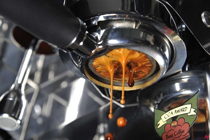 마치 지옥처럼 뜨거운 에스프레소 커피가 머신으로부터 추출되는 순간