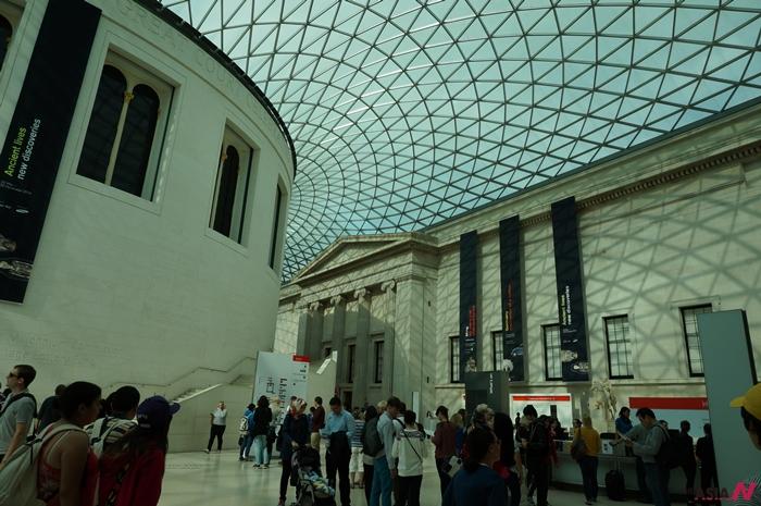 대영박물관의 내무 모습. 천장의 나선모양을 따라 비치는 그림자가 예뻤다.