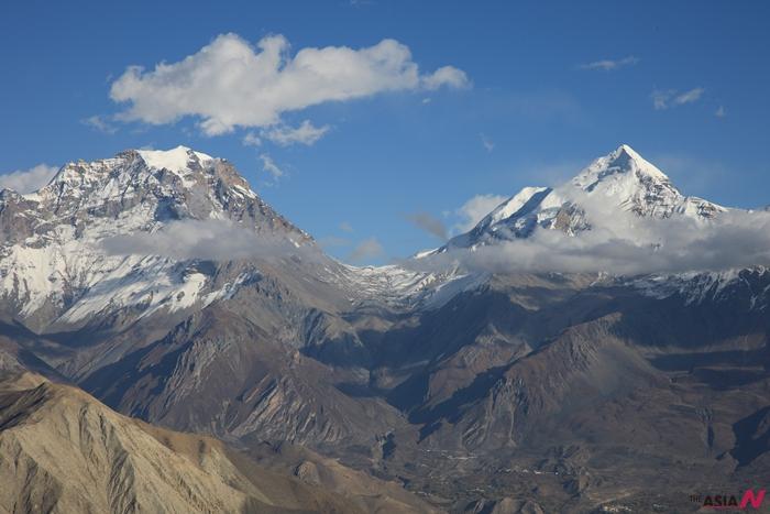 상달러 쪽에서 바라본 무티나트 산맥. V자 부분이 토롱라(5416m)