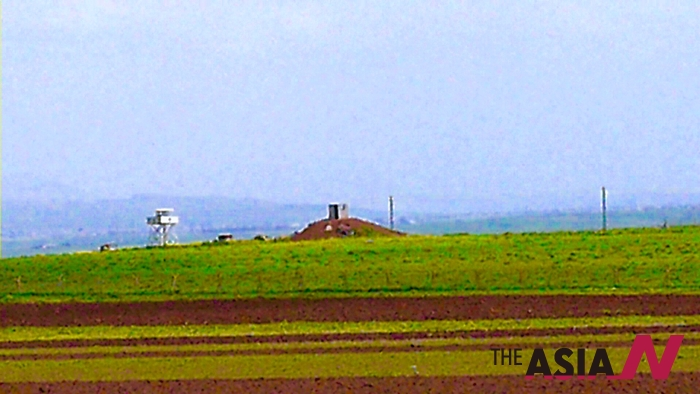 시리아 국경 초소에서 쿠르드민병대가 경계임무를 하고있다.