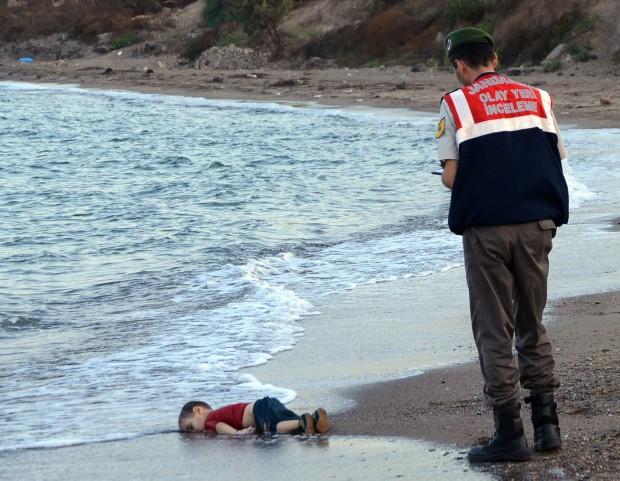 파도에 밀려 터키 해변에서 발견된 에이란 쿠르디(3)