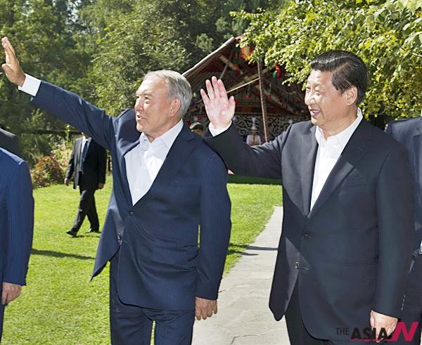 (8일(현지시간) 카자흐스탄 알마티주의 알마티에서 중국 시진핑(習近平) 국가주석(오른쪽)이 누르술탄 나자르바예프 카자흐스탄 대통령과 산책 도중 환영 인파에 손을 흔들고 있다.