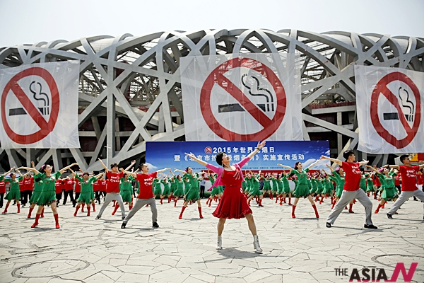 (150531) -- BEIJING, May 31, 2015 (Xinhua) -- Dancers perform in front of anti-smoking banners displayed on the iconic Bird's Nest National Stadium on World No Tobacco Day in Beijing, capital of China, May 31, 2015. Beijing plans to introduce new regulations on June 1 requiring all indoor public places - and many outdoor public places - to be 100% smoke-free. The legislation is seen as the most rigorous anti-smoking law in China's history. (Xinhua/Shen Bohan) (yxb)