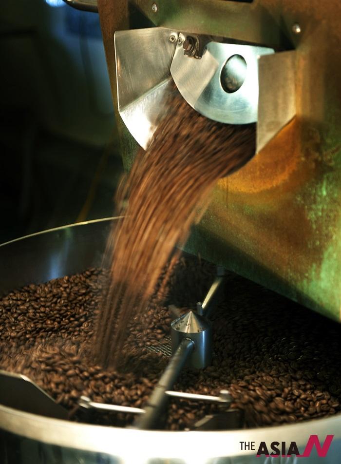 볶인 커피가 로스터에서 배출되는 모습