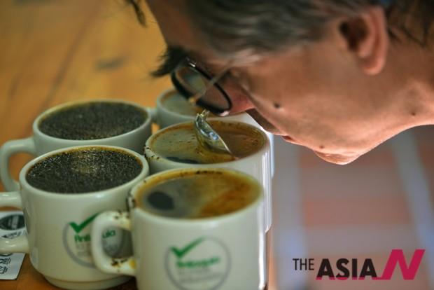 커피테이스터가 커피의 품질을 평가하기 위해 테이스팅을 하고 있는 모습