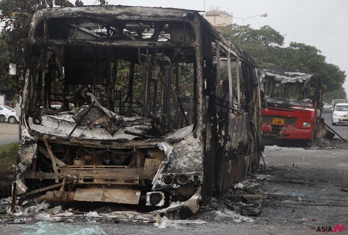 지난 8월 인도 구자라트주(州) 도로변에 시위 당시 화염으로 크게 파손된 버스들이 서 있다.