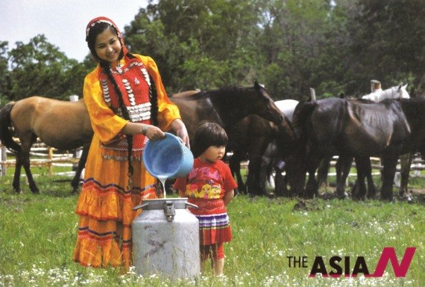Collecting milk after milking cows (Photo : Najib Elvis)