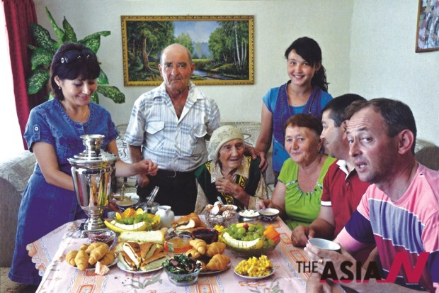 Fruit, pasta and a traditional meal at a family reunion (Photo : Rifhat Yakupov)
