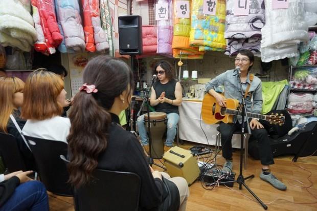 관객들과 대화하는 나들(오른쪽)과 김성유(왼쪽)