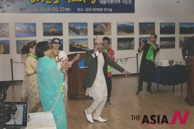 사진전시회 개막전에서 주한 네팔인들이 전통음악과 민속춤 공연을 펼치고 있다.