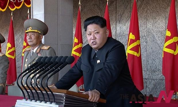 김정은 북한 국방위원회 제1위원장이 10일 오후 평양 김일성광장에서 열린 노동당 창건 70주년 기념 열병식에 참석해 연설하고 있다.