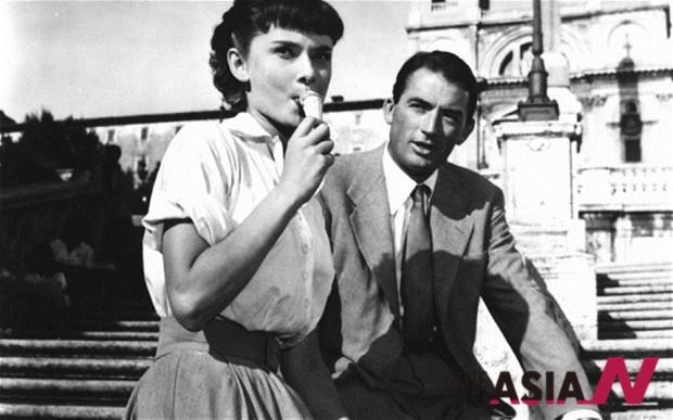영화 '로마의 휴일'(1953년 작)에서 오드리 헵번이 젤라또를 먹는 장면 . 젤라또는 여름을 대표하는 식음료로, 패션의 아이콘으로도 애용되고 있다.