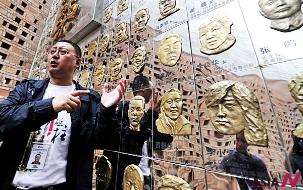 2009년 5월11일 중국 부동산 자산가 판 지안추안이 사천성 청도에서 '사천성 대지진 박물관'개관식을 갖고 현지언론들과 인터뷰를 진행하고 있다. 판 지안추안은 중국의 '자선영웅'이라 불리고 있다.