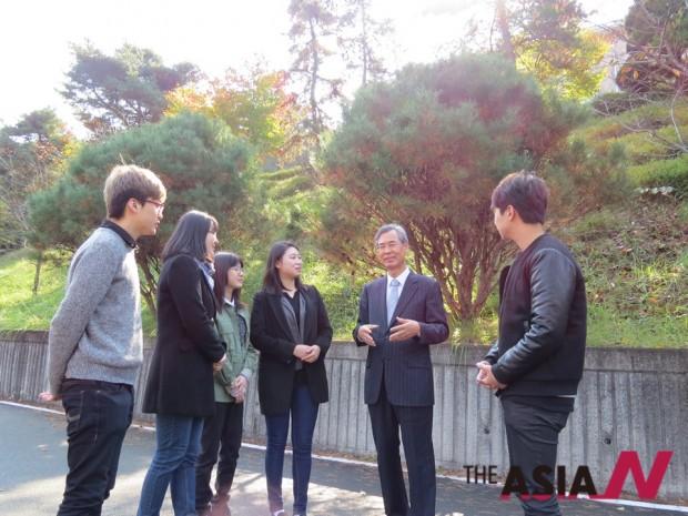 김수일 총장(오른쪽에서 두번째)와 학생들이 대화를 나누고 있는 모습