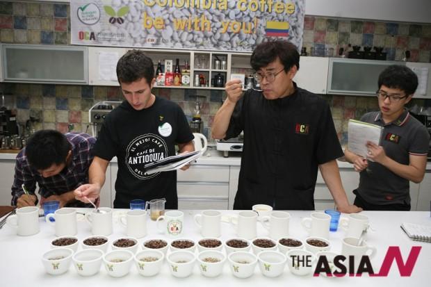 커피테이스터들이 진지하게 향미를 평가하는 것은 산간 오지에서 심혈을 기울여 자식처럼 키워낸 재배자의 노고에 감사를 표하는 최소한의 예의이기도 하다.