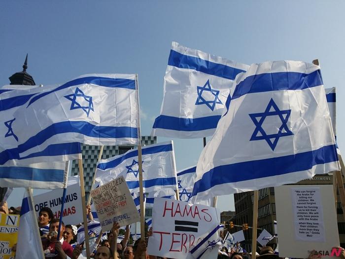 이스라엘 국민들이 깃발을 흔들며 시위하고 있다.