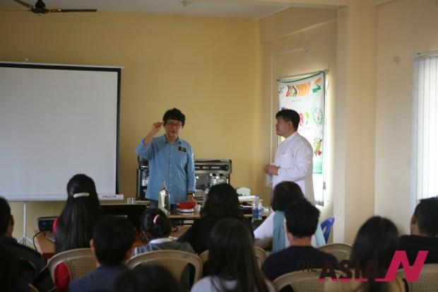 커피전문가 박영순 경민대학교 호텔외식조리과 겸임교수가 커피의 역사에 대해 강의하고 있는 모습