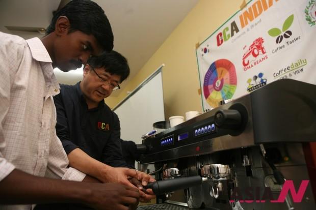 최우성 CCA서울본부장이 24일 인도학생에게 에스프레소를 추출하는 법을 가르쳐주고 있다.