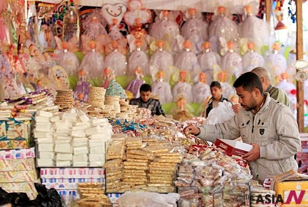 마울리드를 맞아 이집트 카이로에서 시민들이 아이들을 위한 사탕과자를 사고 있다.<사진=로이터/뉴시스>
