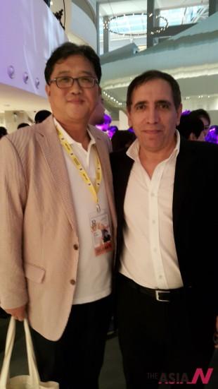 싱가포르 국제영화제 로비에서 우연히 만난 필자(왼쪽)와 모흐센 마흐말바프 감독