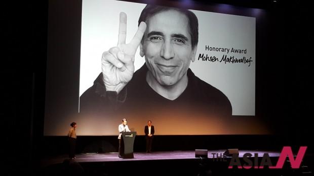 제26회 싱가포르국제영화제 공로상 시상 중 마흐말바프 감독의 청으로 무대에 올라온 김지석 프로그래머가 인사하고 있다.