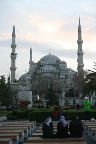 터키 이스탄불에 있는 블루모스크 앞에서 건물을 바라보며 명상에 잠긴 무슬림들