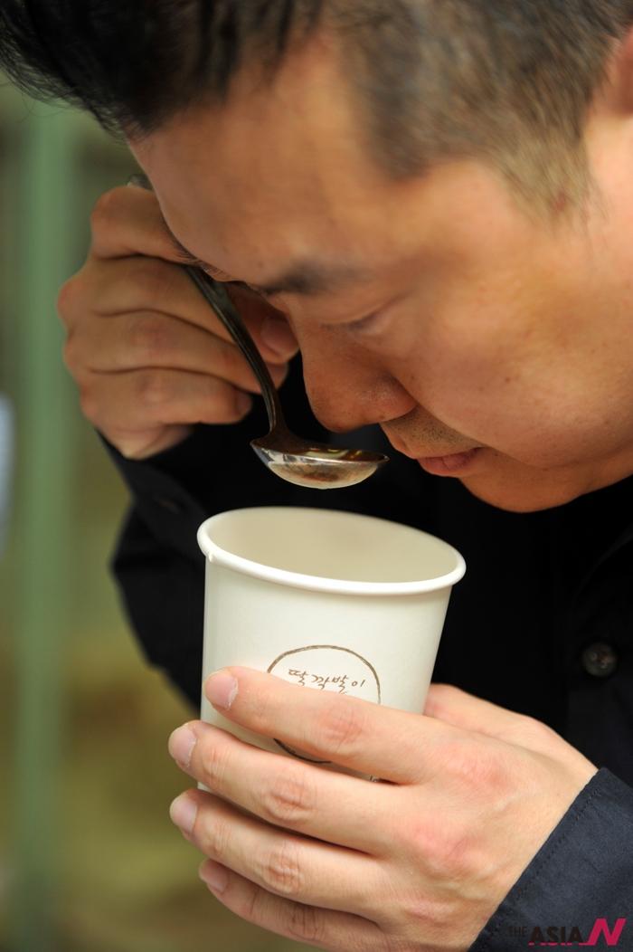 커피 향미를 평가하고 있는 김정욱 교수