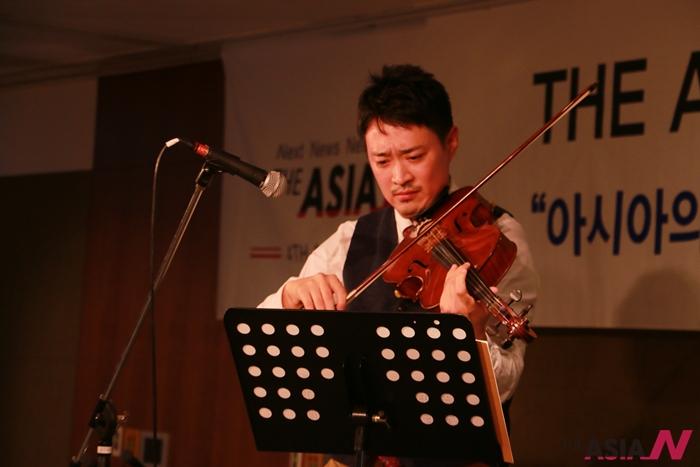 지난 11월20일 '아시아엔 창간 4돌 후원의 밤' 행사에서 연주하고 있는 비올