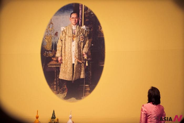 푸미폰 아둔야뎃 태국 국왕을 바라보고 있는 발라이커 시바락 주한태국대사관 공사