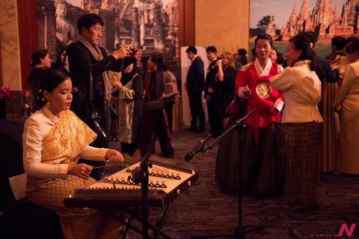 태국 전통악기를 연주하는 모습