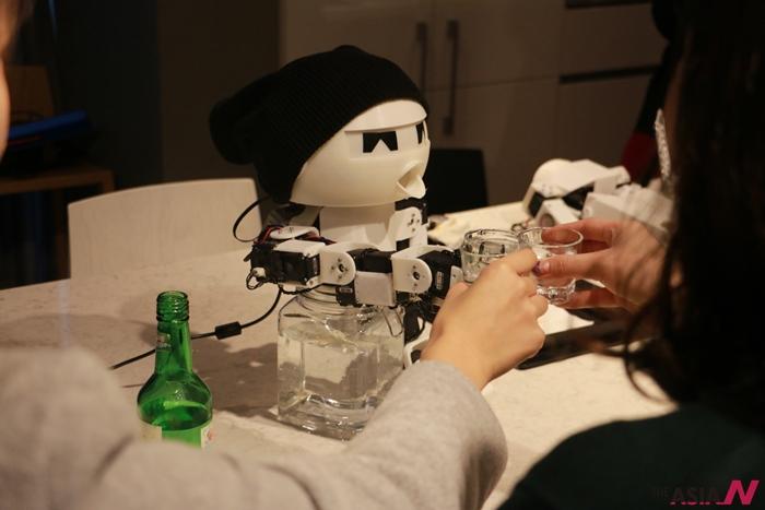 삶에 지친 현대인들을 위해 소주를 함께 마셔주는 로봇 '드링키', 박은찬 작품.