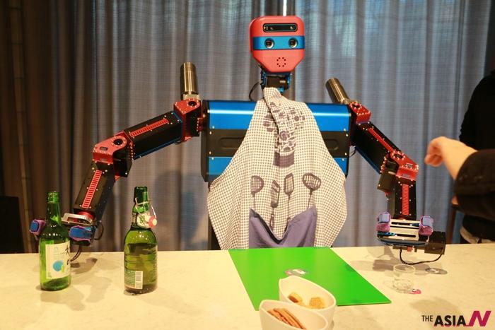 소주와 맥주를 섞어 폭탄주를 제조하는 로봇 '마젠타W', (주)마젠타로보틱스 작품.