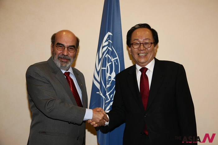 지난 2012년  유럽을 방문한 서규용 농림수산식품부 장관이 이탈리아 로마 유엔식량농업기구(FAO)에서 다 실바 FAO 사무총장과 남남협력 MOU를 체결하고 악수를 나누고 있다.