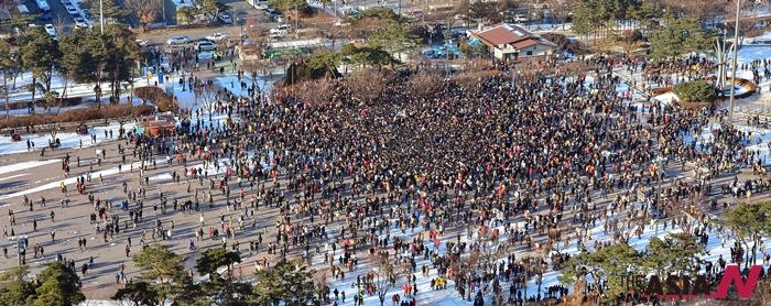 지난 2012년 12월24일 서울 여의도 공원에서 열린 '솔로대첩' 행사에 젊은 남녀 및 시민들이 인산인해를 이루고 있다.