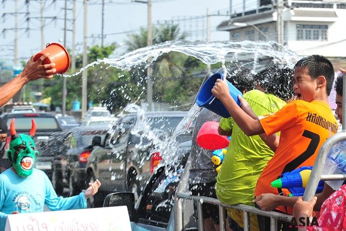 태국 방콕에서는 불교력 새해 첫날인 매년 4월13일부터 3일간 물축제 '송크란'이 열린다. 남녀노소 상관없이 서로 물을 뿌리며 새해를 축하한다.