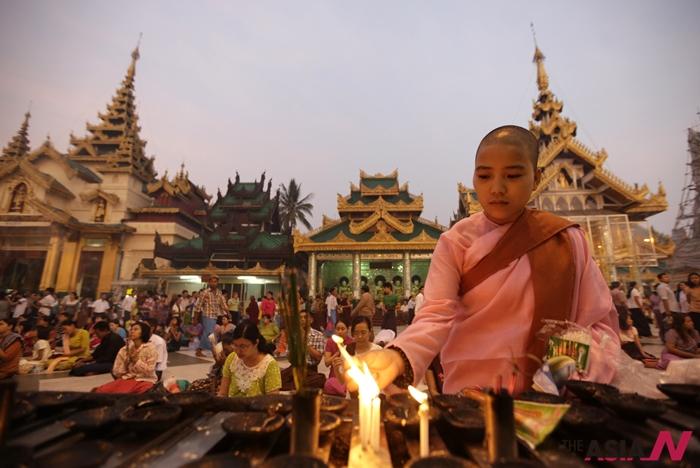 지난 4월17일, 미얀마력 새해를 맞아 국민들이 새해맞이 명상을 위해 사원에 모였다.