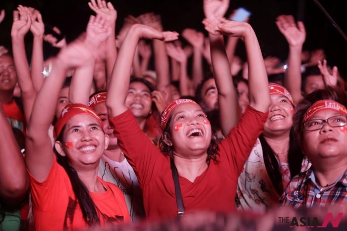 지난 11월 미얀마 민주자유총선 당시 아웅산 수치가 이끄는 민주주의민족동맹(NLD)을 지지하는 국민들이 개표상황을 확인하며 환호하고 있다.