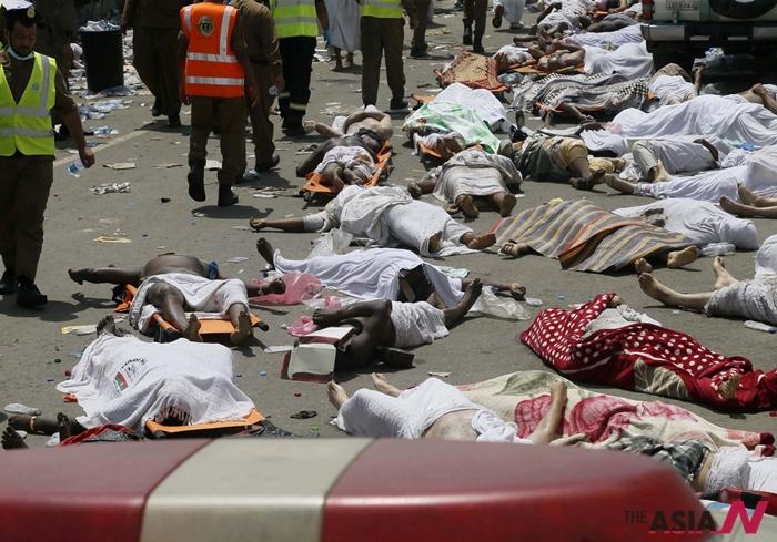 지난 9월 사우디아라비아의 이슬람 성지 '메카'에서 압사사고로 사망한 순례자들의 시신이 길바닥에 놓여져 있다.