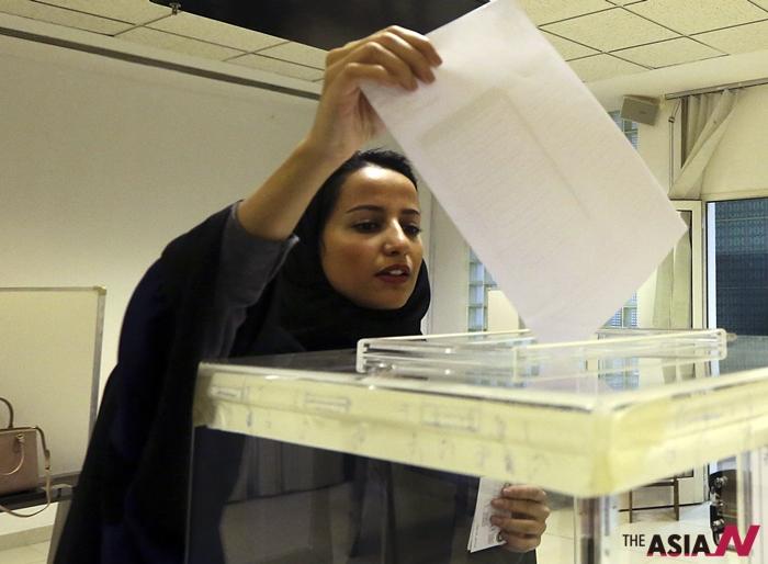 지난 12일 사우디아라비아 지방선거에서 한 여성이 투표하고 있는 모습이다. 이번 선거는 사우디 건국 이래 처음으로 여성 참정권이 인정됐다.