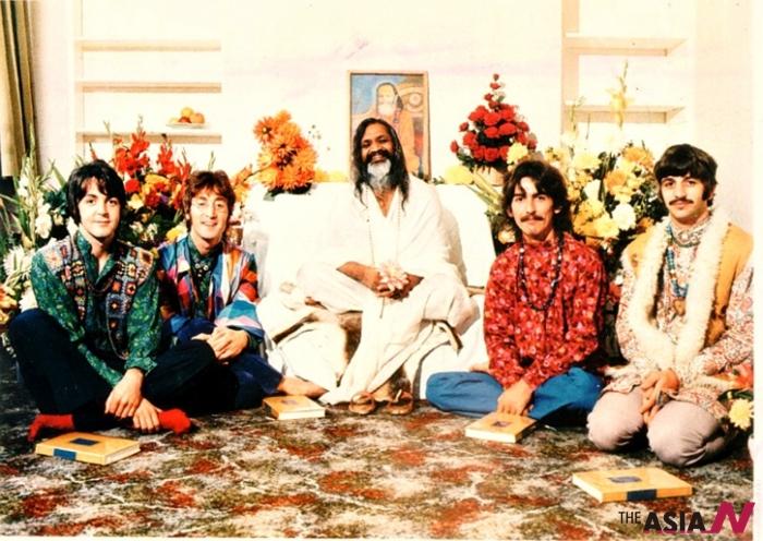 1968년 인도를 방문한 비틀즈 멤버들과 마하리시 마헤시 요기 명상 지도자의 모습
