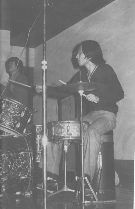 오준 대사가 청년 시절 드럼을 연주하고 있는 모습